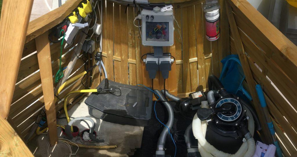 Branchements des panneaux solaires thermiques pour piscine sur le système de filtration de la piscine hors sol.