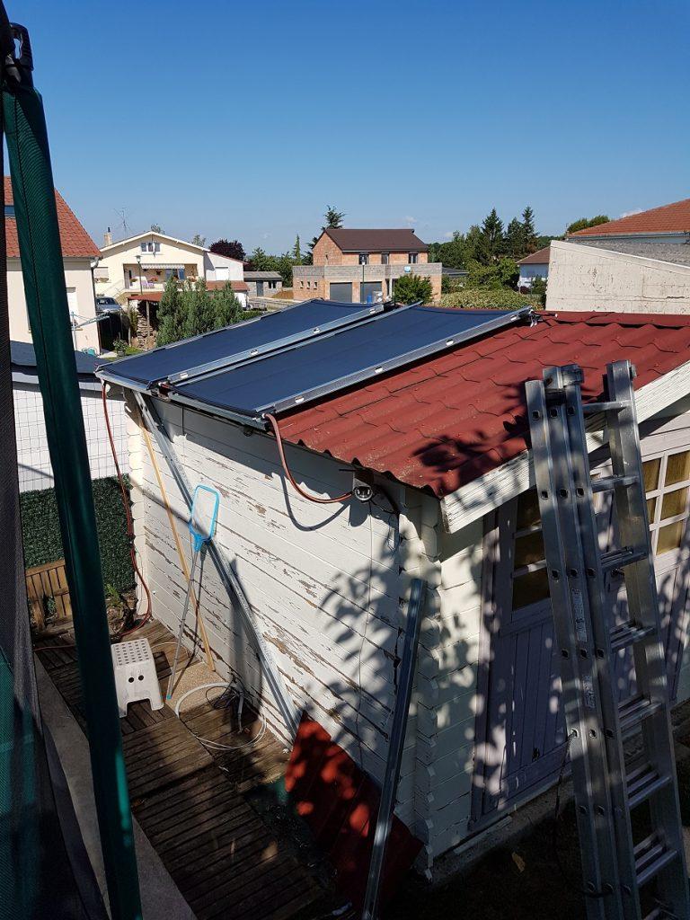 Les panneaux chauffe piscine Sunberry posés sur le toit de l'abris de jardin