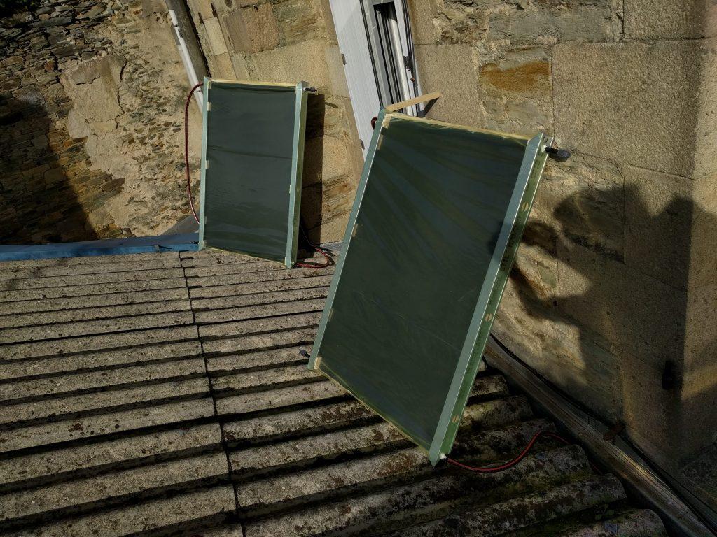 Panneaux solaires thermiques Sunberry posés sur le toit pour les tests de chauffage